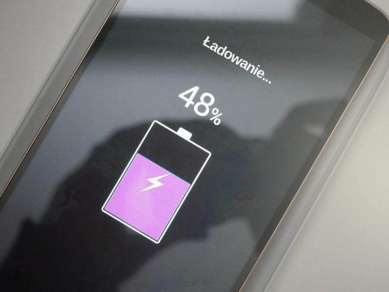 szybkie ładowanie baterii w smartfonie