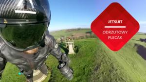 przenosnepl_mężczyzna w kasku latający odrzutowym placakiem nad łąką